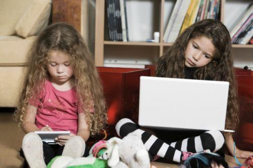 Sugata Mitra tvrdí, že každý učiteľ, ktorý môže byť nahradený počítačom, by ním mal byť nahradený