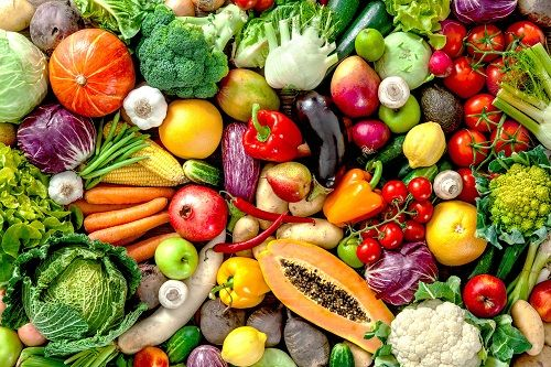 """Už vás nebaví vyhadzovať """"zhnité"""" ovocie a zeleninu do koša? Máme pre vás 20 skvelých tipov, ako ich udržať dlhšie čerstvé"""
