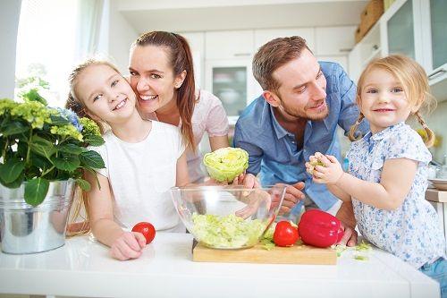 Máte veľa povinností a málo času na rodinu? Skúste spoločné varenie