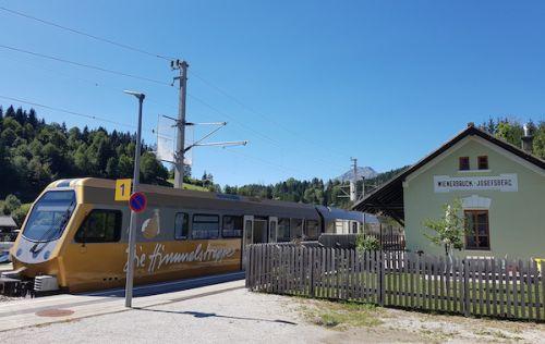 Mama troch detí si kúpila vlakovú stanicu. Priamo v prírodnej rezervácii Otcher Tormauer