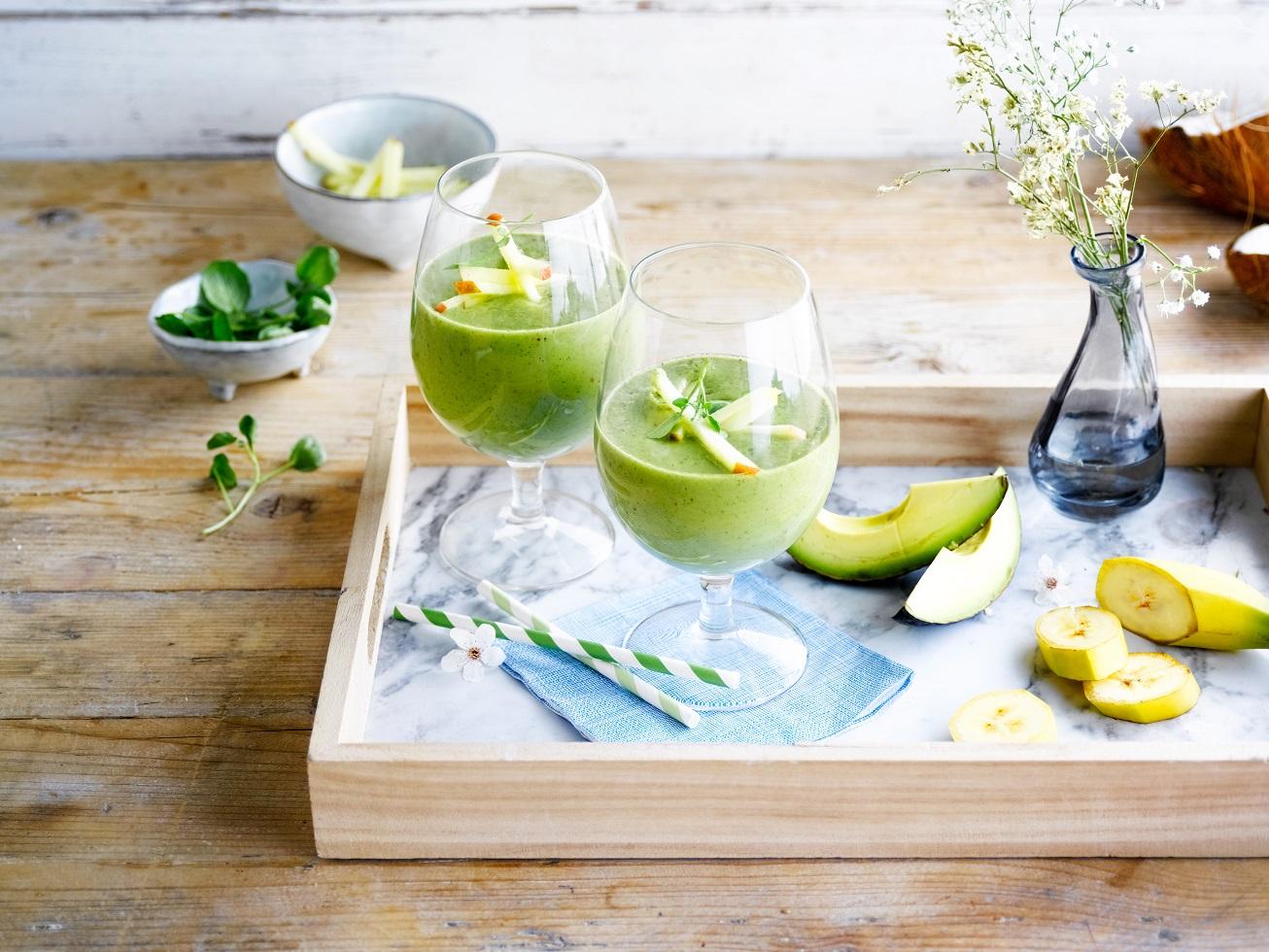 Kokosové smoothie s jablkom, avokádom a žeruchou