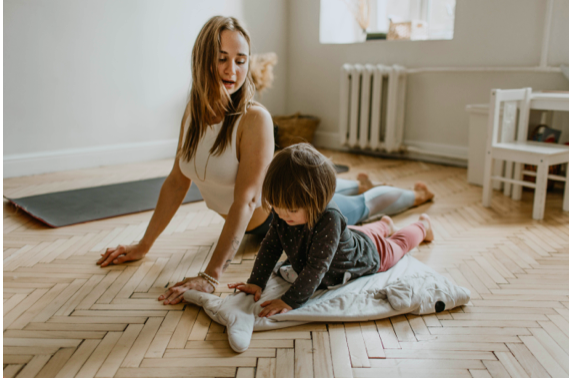 Učíte sa sdeťmi doma? Nezabúdajte snimi popritom cvičiť zdravý chrbát