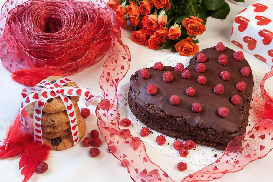 (Valentínska) čokoládová torta s malinami