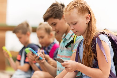 Mobilom na francúzskych školách odzvonilo, sprísnenie čaká Nemecko aj Česko. Prídu o telefóny aj slovenské deti?