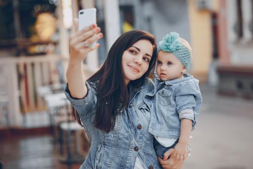 Prečo máme pocit, že na materskej musíme zvečniť a zdieľať každý moment?