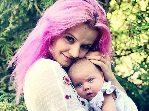 Mama s ružovými vlasmi? Prečo nie?