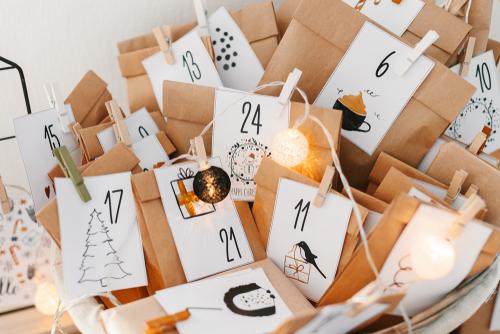 Adventný kalendár pre deti z papierových vreciek