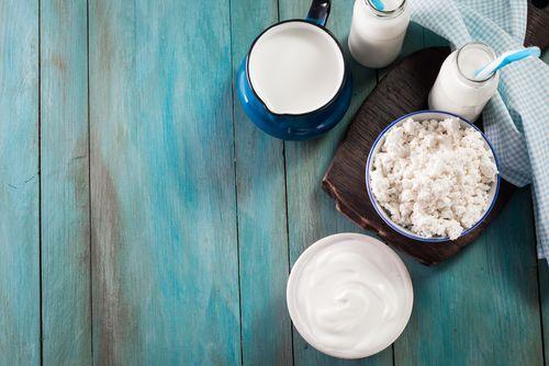 Poznáte rozdiel medzi kefírom, cmarom abifidovým mliekom?