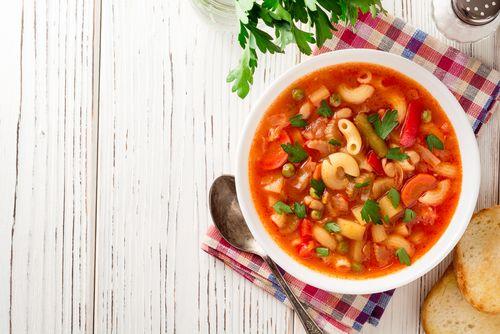 Farebná minestrone polievka