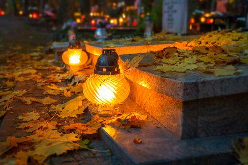 Načo idete na cintorín, keď sviečku môžete zapáliť aj doma?