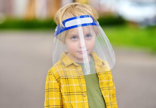 Môžu deti nosiť do školy ochranný štít namiesto rúška?