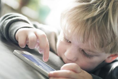 Na deti v pandémii síce nepadajú bomby, ale aj v online sú míny