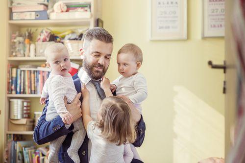 Materské si žiadajú otcovia účelovo. Chcú peniaze do rodiny