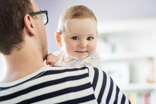 Otcovia na materskej? Psychológovia búchajú o stôl príručkami, že dieťa patrí k mame.