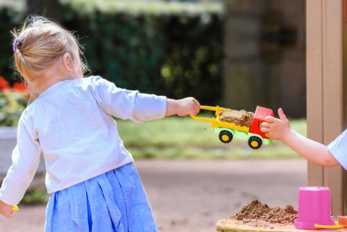 Montessori výchova: prečo nenútime deti, aby požičiavali hračky
