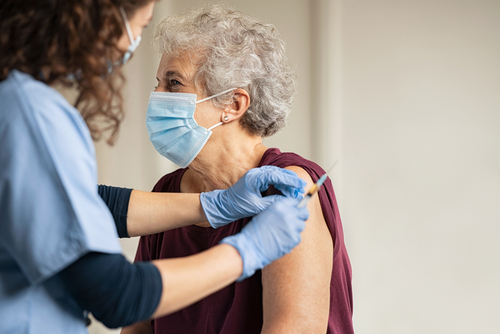 Poradie očkovania na COVID-19: rozhoduje vek, zamestnanie, aj choroby