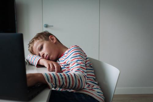 Netrestajme deti za to, že sa odpájajú z online vyučovania. Sami sme bezradní