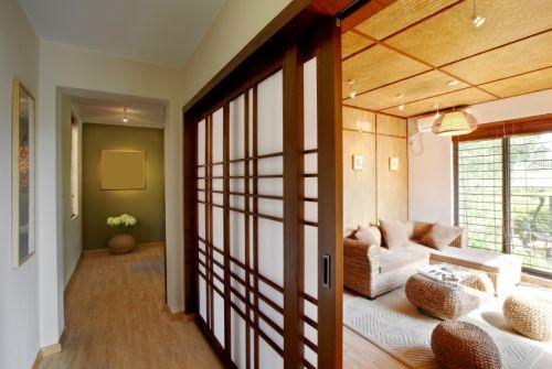 Bambusová podlaha, prírodné prvky na stene a jemné farby. Spálne sa v roku 2016 vracajú k prírode