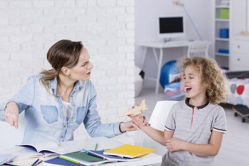 Prečo moje dieťa pri učení vystrája. Robí to naschvál?