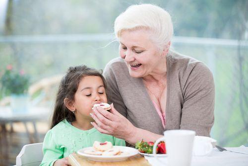 Keď babička kŕmi dieťa, čím vy nechcete