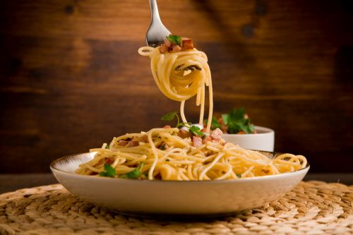 """Špagety """"carbonara"""" podľa tradičného talianskeho receptu (video)"""