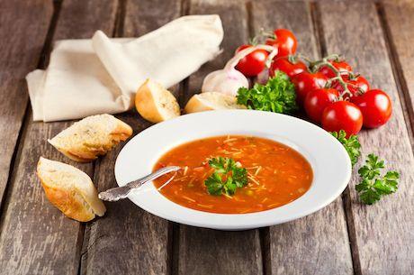 Paradajková polievka doladená ovsenými vločkami