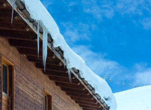 Kontrola strechy pred zimou: skontrolujte odkvapy a škáry
