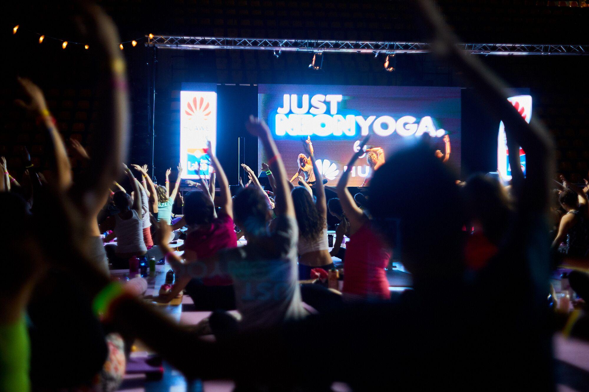Do plaviek s plochým bruchom a Just Neon Yoga